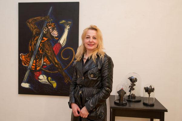Einblick in die Ausstellung 'Schön sind wir sowieso' im Schloss Ebenau, Gudrun Kampl vor ihren Arbeiten, 2019 ©Galerie Walker