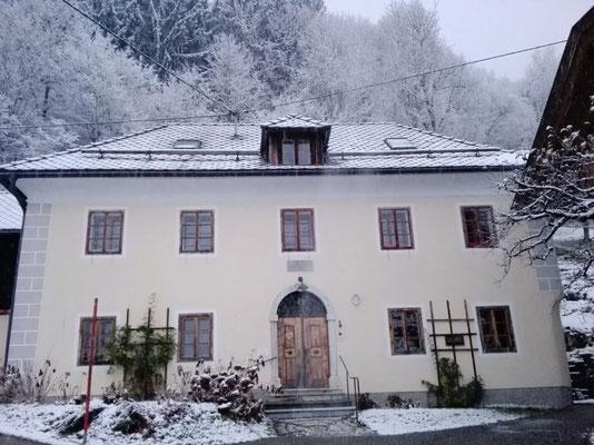 Pfarrhof Saak im Winter ©Galerie Walker