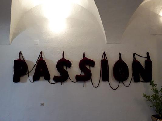 Gudrun Kampl, Passion, Samt gepolstert, 60 x 34cm pro Buchstabe ©Galerie Walker