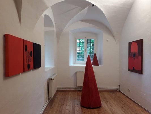 Einblick in die Ausstellung 'Zwischen Bild und Skulptur' im Schloss Ebenau, Gustav Januš und Johann Feilacher, 2019 ©Galerie Walker