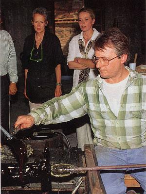 Maestro Danilo bei der Arbeit in der Glaswerkstätte; im Hintergrund Kiki Kogelnik und Judith Walker, 1994 ©Galerie Walker