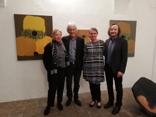 Ausstellungseröffnung im Schloss Ebenau, Herbst 2019, Judith Walker, Gustav Januš, Carolin Walker, Johann Feilacher  © Galerie Walker