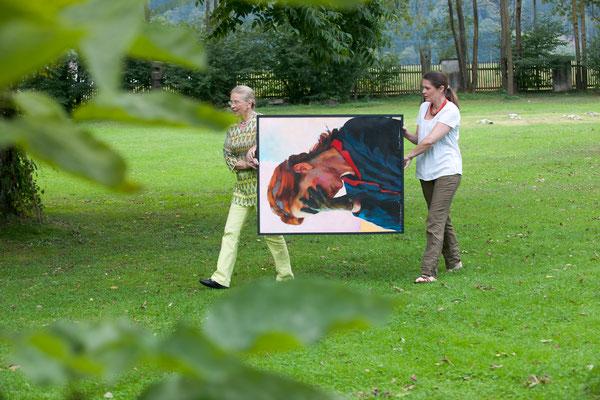 Judith Walker und Carolin Walker mit einem Bild von Xenia Hausner ©karlheinzfessl.com