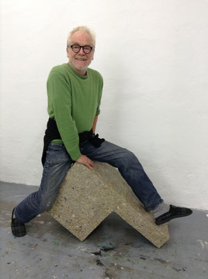 Tone Fink auf einer seiner Skulpturen ©Galerie Walker