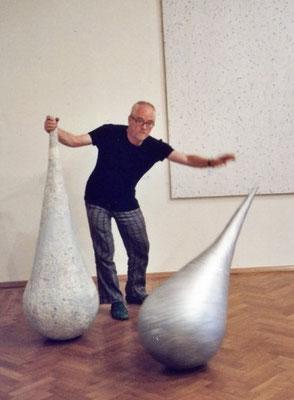 Ausstellung im Schloss Ebenau, Tone Fink mit zwei seiner Skulpturen, 2012 ©Galerie Walker