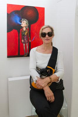 """Einblick in die Ausstellung """"Schön sind wir sowieso"""", Christy Astuy vor einem ihrer Bilder, 2019 ©Galerie Walker"""