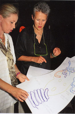 Judith Walker und Kiki Kogelnik in der Glaswerkstätte, 1994 © Galerie Walker