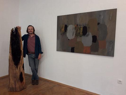 Ausstellung im Schloss Ebenau, Herbst 2019, Johann Feilacher vor einer Skulptur © Galerie Walker