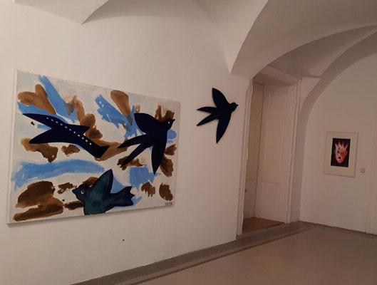 Kiki Kogelnik, Fernweh, 1990, Öl auf Leinwand, Holzvogel, 120 x 190 cm in der Galerie Walker ©Kiki Kogelnik Foundation