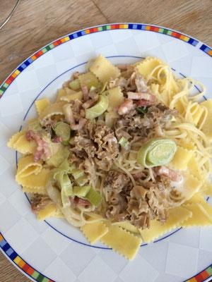 Krause Glucke mitSpeck und Lauch in Sahnesoße auf Pasta