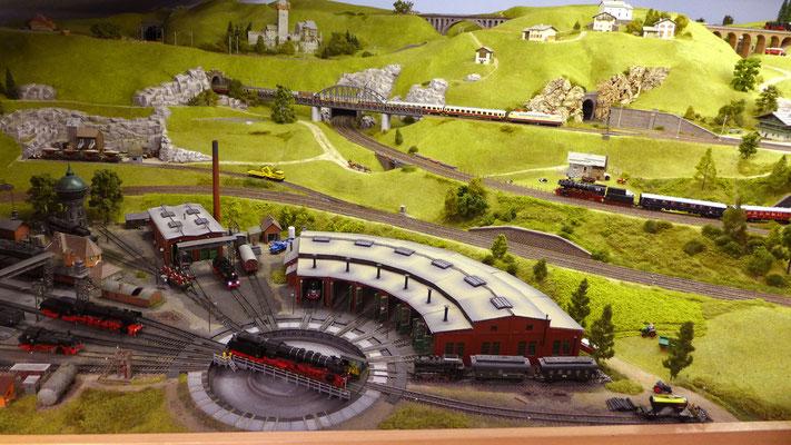 Das Bahnbetriebswerk mit Hügellandschaft im Hintergrund