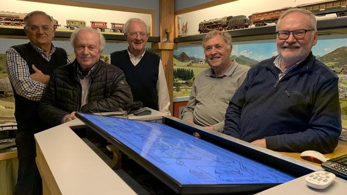 Vertreter des www.MBC-Ried.at (v.li.: Werner Blum, Josef Huber, Kurt Fichtinger, Jürgen Siebeneichler) besichtigen Gerhards Moba (re.: Gerhard Arnold)