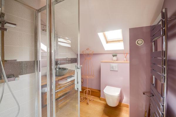 salle de douche rose poudré sous combles