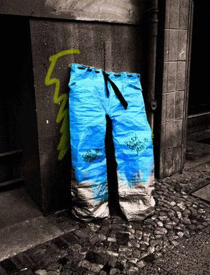 le pantalon qui reste tout seul . . .