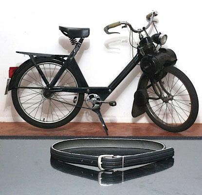 49,00 € Gürtel aus einem VéloSoleXReifen Ein VeloSoleXReifenGummiGürtel ist zeitlos und flexibel zu gleich. Ein Unikat, denn jeder Reifen hat seine Geschichte.  Abholung oder plus Versand 4,90 €