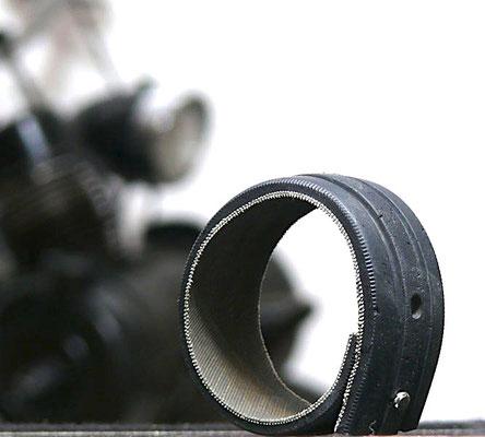 19,00 € VéloSoleXGummiReibrollenProfilArmband. Das modische Accessoire für den bekennden SoleXfahrer. Ein Reibrollenreifenprofil erzählt seine Geschichte.