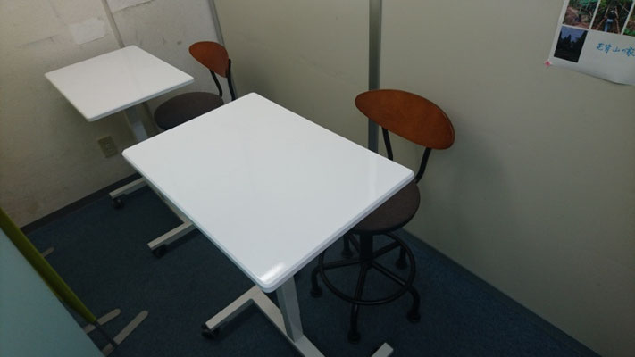 新しい机は塾生達の人気者。