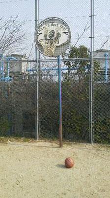 某所にあるバスケボード。たまにシューティングに行きます。ダイエットを兼ねて…