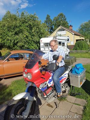 Klaus sitzt Probe. Motorrad fahren ist nicht seine Welt,...