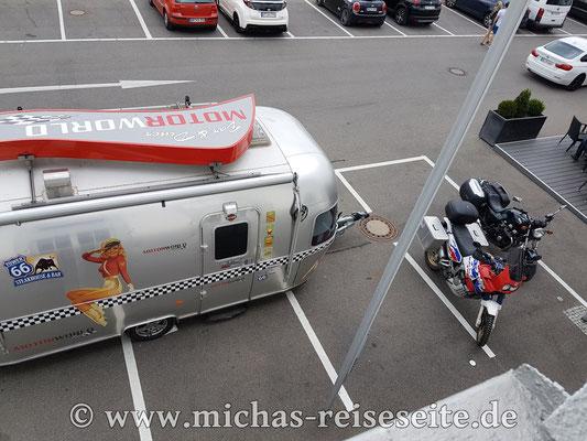 Und die Moppeds parken stilecht neben einem Airstream.