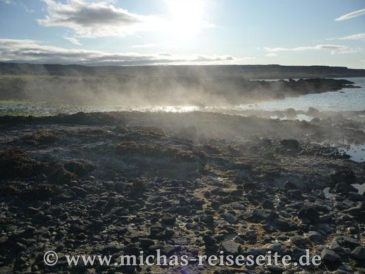 """Heisse Quelle die am """"Hotel Reykjanes"""" ins Meer fließt"""