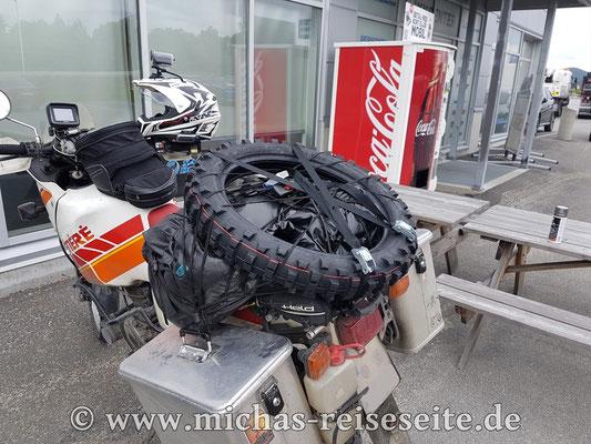 Da Tobis K60 hinten kaum noch Profil hatte, hat er sicherheitshalber in Bodø einen neuen Reifen besorgt.