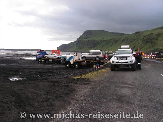 """Nach einem """"Gletscherlauf"""" war die Brücke der Route 1 bei Vik zerstört. Aber die Isländer haben ruckzuck einen """"Taxidienst"""" eingerichtet."""