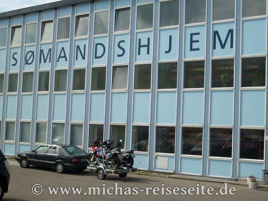 """Das """"Seemannsheim"""" in Hanstholm - hier unser Auto samt Anhänger brav auf unsere Rückkehr gewartet"""