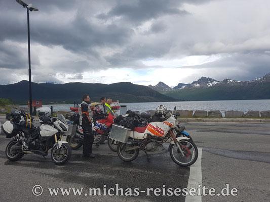Von Bodø aus geht es dann über die RV17 in Richtung Süden. Diese Küstenstrasse ist sehr viel empfehlenswerter als die E6. Die Schwarz/Weisse Triumph Tiger im Vordergrund gehört übrigens Hans (gelbe Jacke) der uns für ein paar Tage begleitet hat.