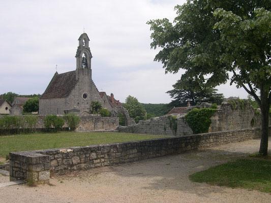 L'hospitalet à gauche la chapelle et à droite les ruines de l'accueil des pèlerins au Moyen-Age