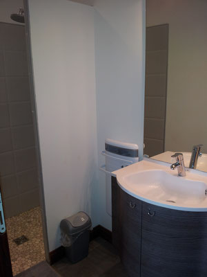 La salle de douche de la chambre Vallée