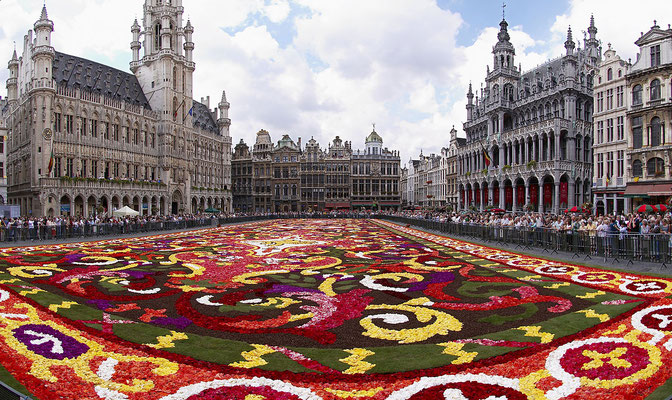 La place centrale de Bruxelles - Crédit Photo : https://commons.wikimedia.org/wiki/File:Brussels_floral_carpet_B.jpg