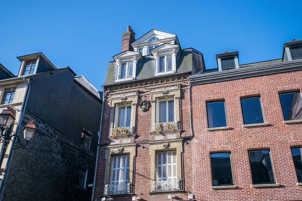 Belles façades en briques rouges. Typiques de la région