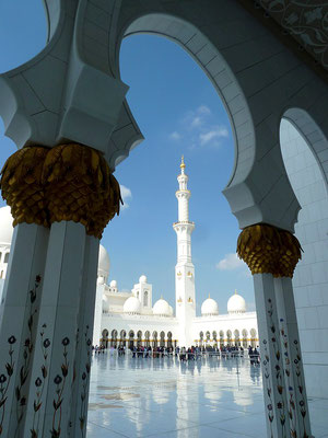 La mosquée d'Abou Dhabi ! giggel [CC BY 3.0 (http://creativecommons.org/licenses/by/3.0)], via Wikimedia Commons