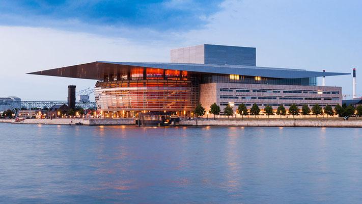 Le très moderne Opéra de Copenhague - Julian Herzog [GFDL (http://www.gnu.org/copyleft/fdl.html) or CC BY 4.0 (http://creativecommons.org/licenses/by/4.0)], via Wikimedia Commons