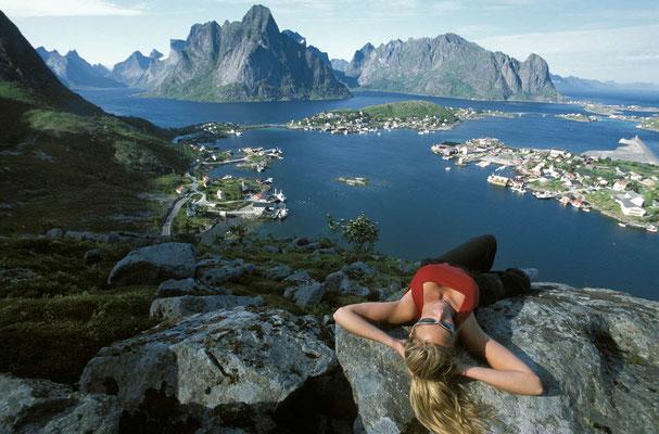 Randonnée estivale dans les îles Lofoten ! La vue est à couper le souffle ! rédit Photo : Terje Rakke - Source : Nordnorge.com