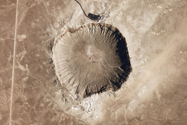Meteor Crater en Arizona - By National Map Seamless Server (NASA Earth Observatory) [Public domain], via Wikimedia Commons