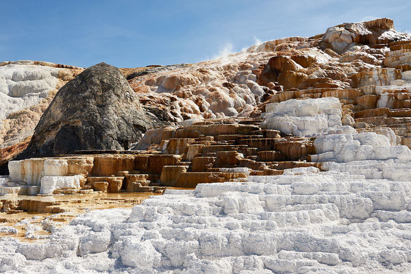 Mammoth Hot Springs dans le parc national du Yellostone - © Frank Schulenburg / , via Wikimedia Commons