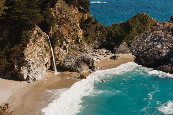 Randonnée McWay Falls Trail à Big Sur en Californie ! Crédit Photo : King of Hearts / Wikimedia Commons / CC-BY-SA-3.0 [GFDL (http://www.gnu.org/copyleft/fdl.html) or CC BY-SA 3.0 (http://creativecommons.org/licenses/by-sa/3.0)], via Wikimedia Commons