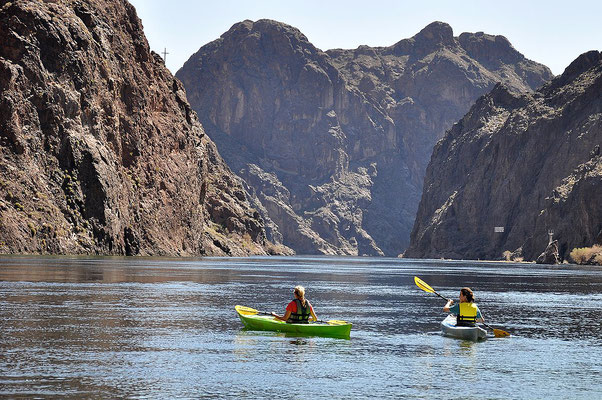 Faire du kayak sur le Lac Mead - By Lake Mead NRA Public Affairs (Kayaking through the Black Canyon Wilderness Area) [CC BY-SA 2.0 (http://creativecommons.org/licenses/by-sa/2.0)], via Wikimedia Commons