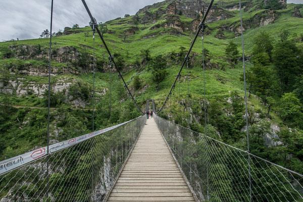 Sur la passerelle d'Holzarte ! Cela tremble un peu et on a de bonnes sensations de vertige !