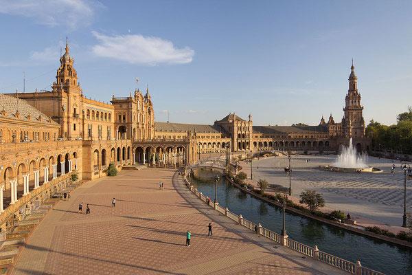 La place d'Espagne au coeur de Séville ! L'un des plus belles d'Espagne - By Carlos Delgado (Own work) [CC BY-SA 4.0 (http://creativecommons.org/licenses/by-sa/4.0)], via Wikimedia Commons