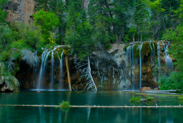 Hanging Lake près de Glenwood Springs - Par Zach Dischner (Hanging Lake) [CC BY 2.0 (http://creativecommons.org/licenses/by/2.0)], via Wikimedia Commons