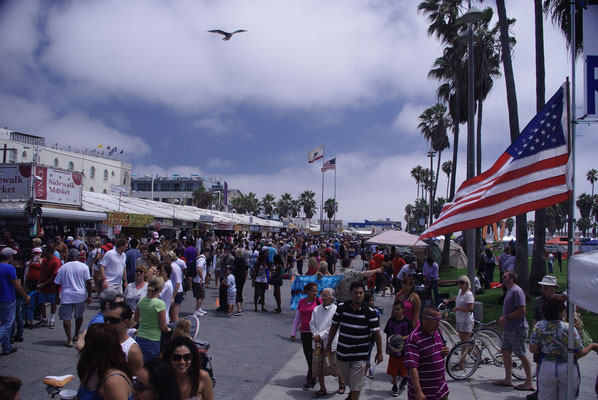 Il y a foule le week-end sur le boardwalk de Venice Beach !