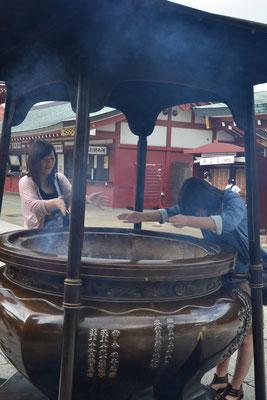 Faire brûler de l'encens au Japon, un rituel populaire - Source : Trip85.com