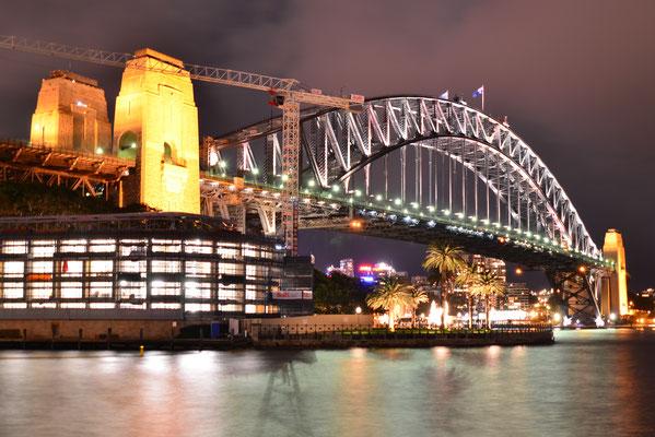 Vue nocturne sur le myhtique pont de Sydney : Harbour Bridge !