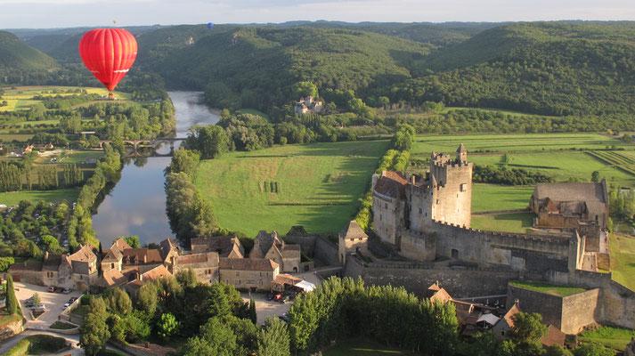 Survol de la Dordogne en Montgolfière - Vue vallée de la Dordogne © L.Druet