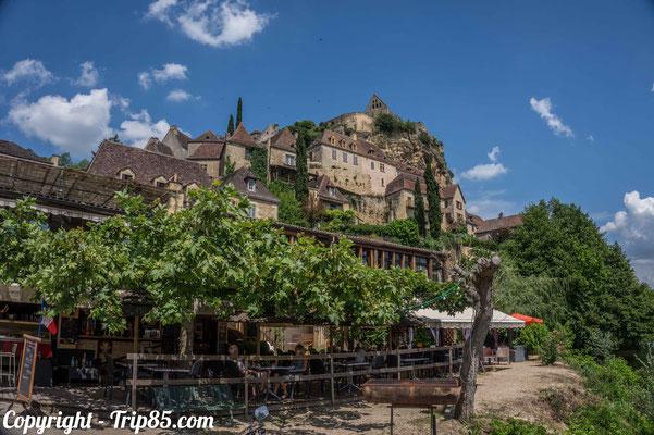 Vue depuis le village sur le château de Beynac