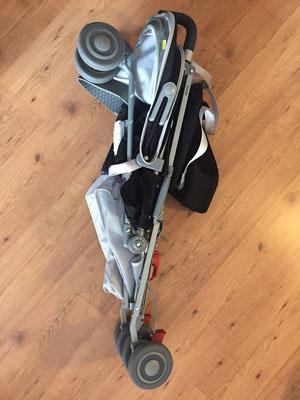 La pousette pliée - On voit les roues qui touchent la housse - Crédit Photo : Trip85.Com