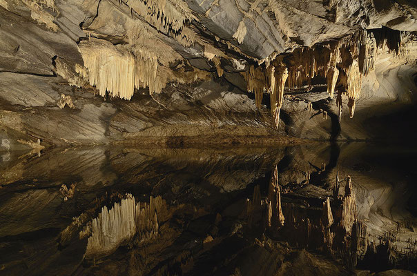 L'intérieur des grottes de Han - By GrottesdeHan (Own work) [CC BY-SA 3.0 (http://creativecommons.org/licenses/by-sa/3.0)], via Wikimedia Commons